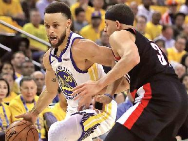 Warriors triunfa en el primer duelo